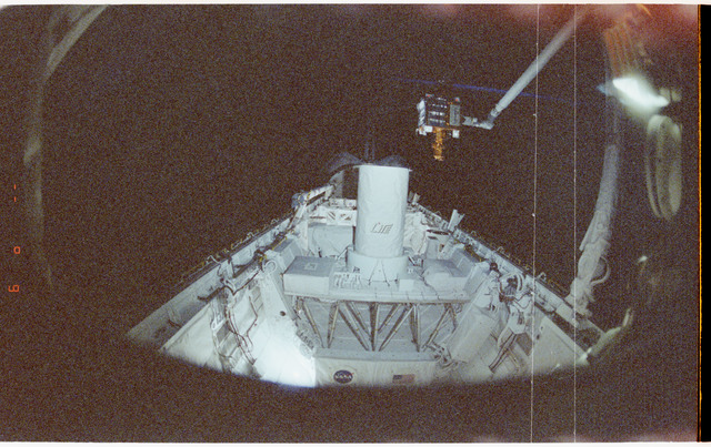 STS064-61-037 - STS-064 - SPARTAN 201 attached to Discovery's RMS