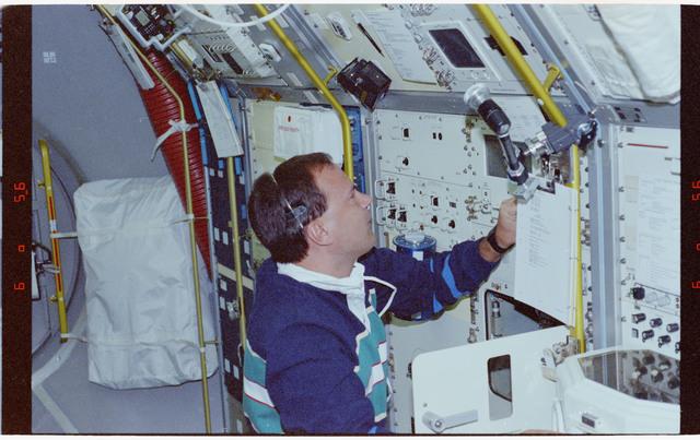 STS065-201-009 - STS-065 - NIZEMI - Hieb at Rack 7