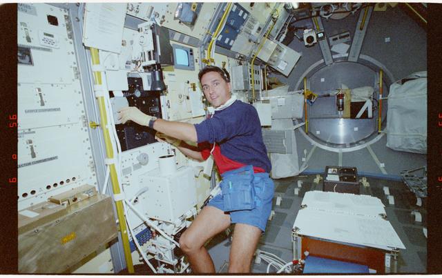 STS065-214-025 - STS-065 - BDPU - Thomas at Rack 8