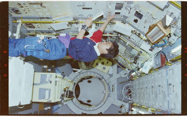 STS065-298-034 - STS-065 - NIZEMI - Rack 7