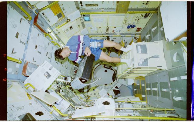 STS065-43-037 - STS-065 - NIZEMI - Chiao unpacks samples