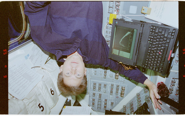 STS067-364-005 - STS-067 - Astronaut legs and Durrance with ASTRO-2 DDS computer