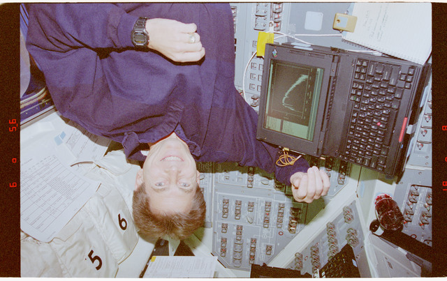 STS067-364-006 - STS-067 - Astronaut legs and Durrance with ASTRO-2 DDS computer