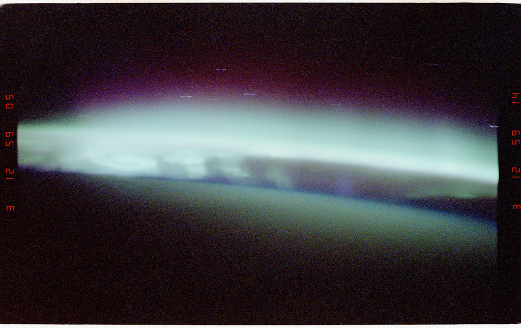 STS068-04-008 - STS-068 - Auroral glow as observed from the Space Shuttle Endeavour during STS-68