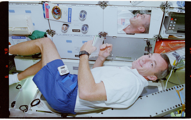 STS068-33-017 - STS-068 - STS-68 crewmembers perform various tasks onboard Endeavour's middeck