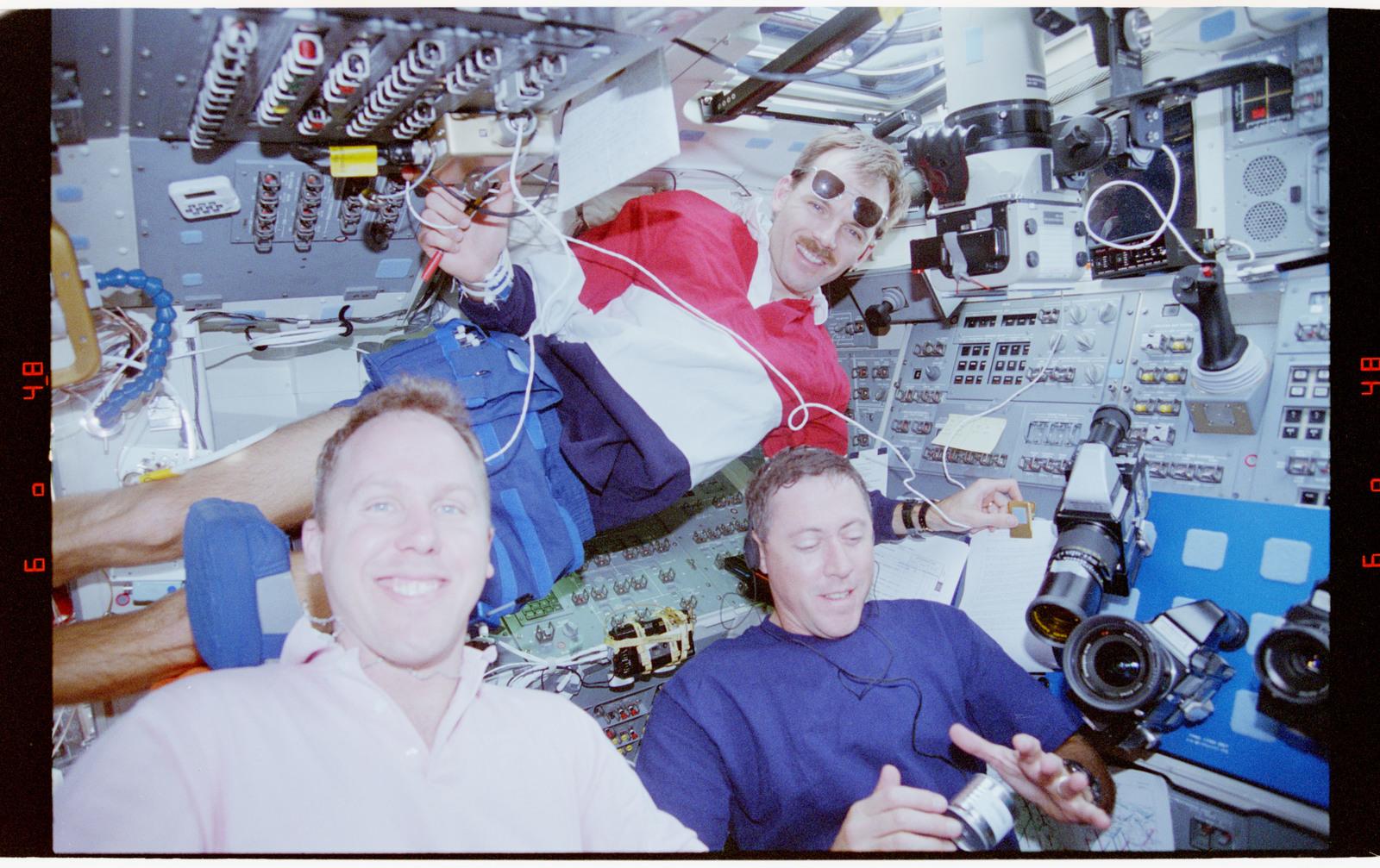 STS068-41-005 - STS-068 - STS-68 crew on orbiter flight deck