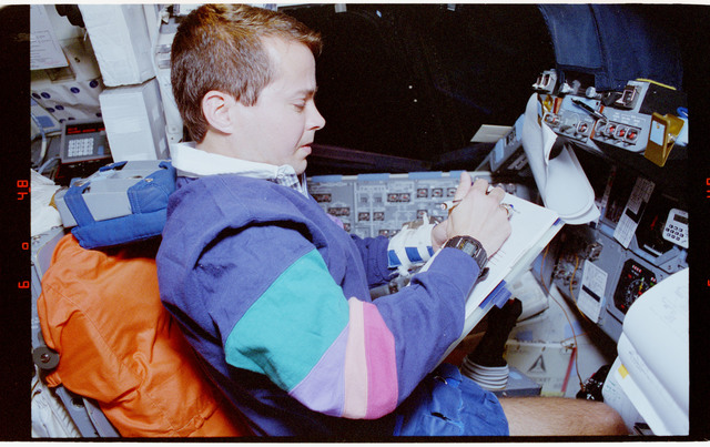 STS068-60-031 - STS-068 - STS-68 crew activities on flight deck