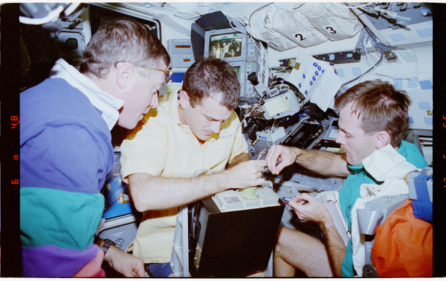 STS068-74-011 - STS-068 - STS-68 crew activities on flight deck