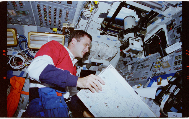 STS068-86-030 - STS-068 - STS-68 crew activities on flight deck