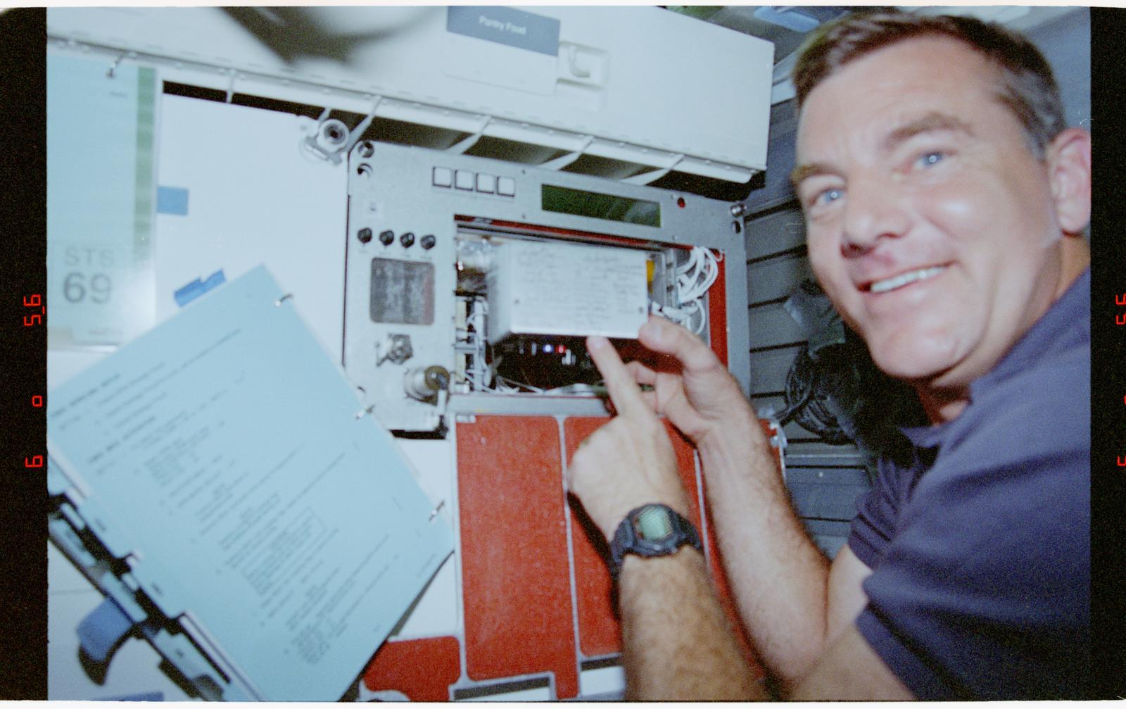 STS069-301-015 - STS-069 - CMIX-04