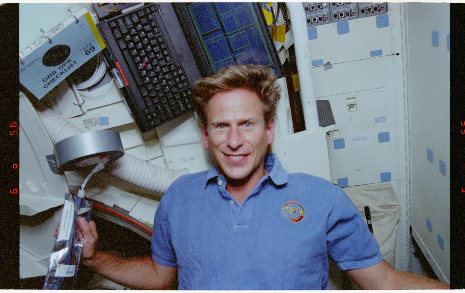 STS069-301-019 - STS-069 - Astronaut Gernhardt on middeck