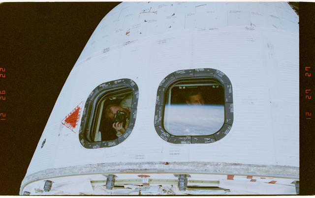 STS069-304-005 - STS-069 - View of STS-69 crewmembers in the aft flight deck overhead windows