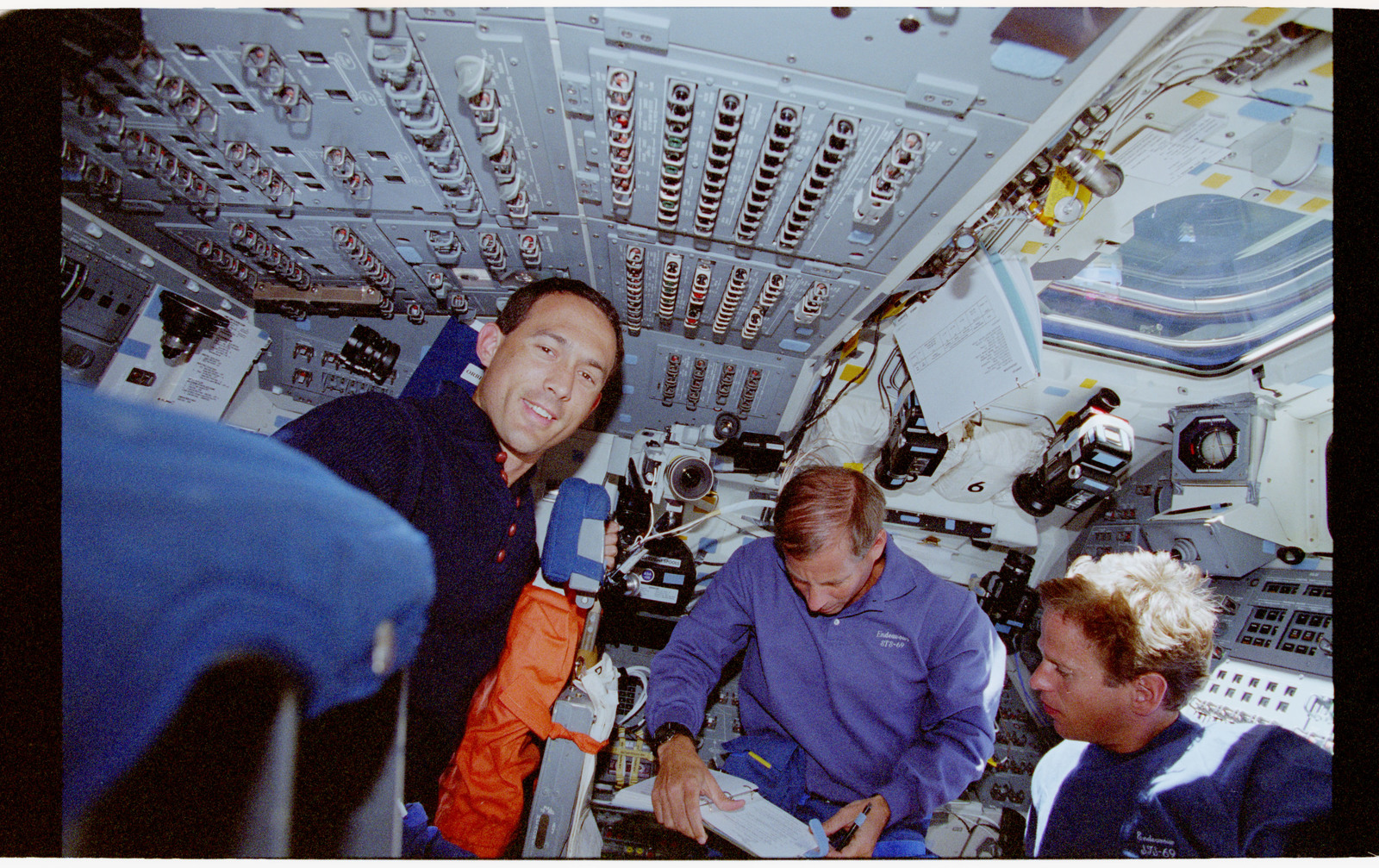 STS069-363-015 - STS-069 - STS-69 crewmembers on Endeavour's flight deck