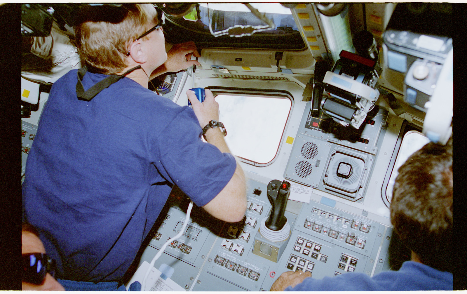 STS069-377-001 - STS-069 - STS-69 crewmembers on aft flight deck during Wake Shield deployment