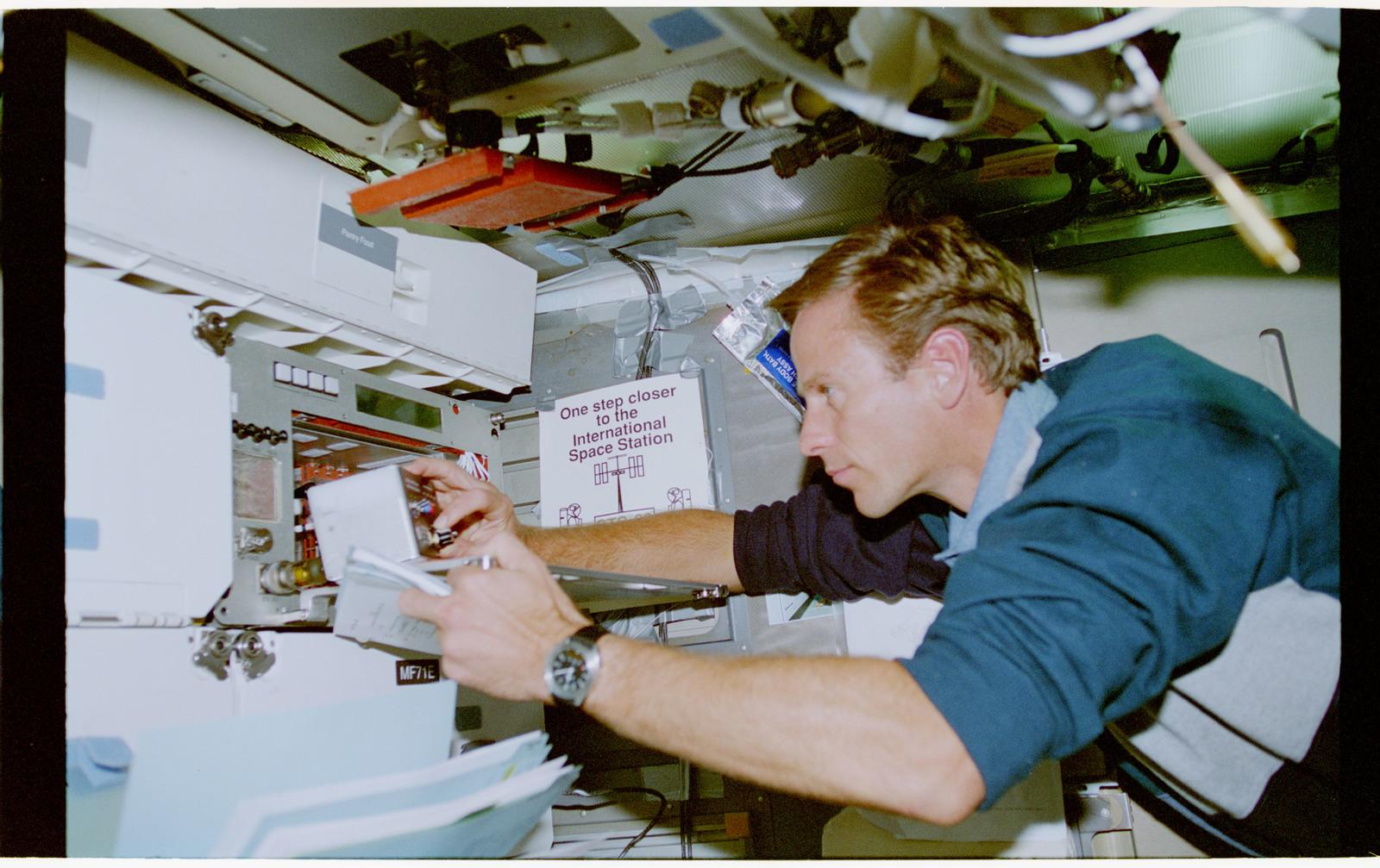 STS069-377-022 - STS-069 - CMIX-04