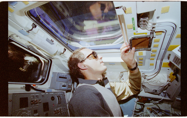 STS069-391-010 - STS-069 - Astronaut Newman looks out of aft flight deck overhead windows