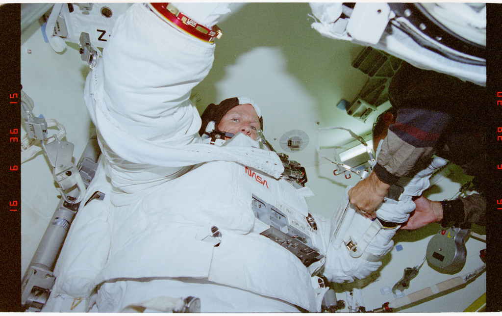 STS069-395-001 - STS-069 - Preparations for EVA
