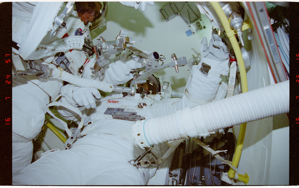 STS069-395-021 - STS-069 - Preparations for EVA