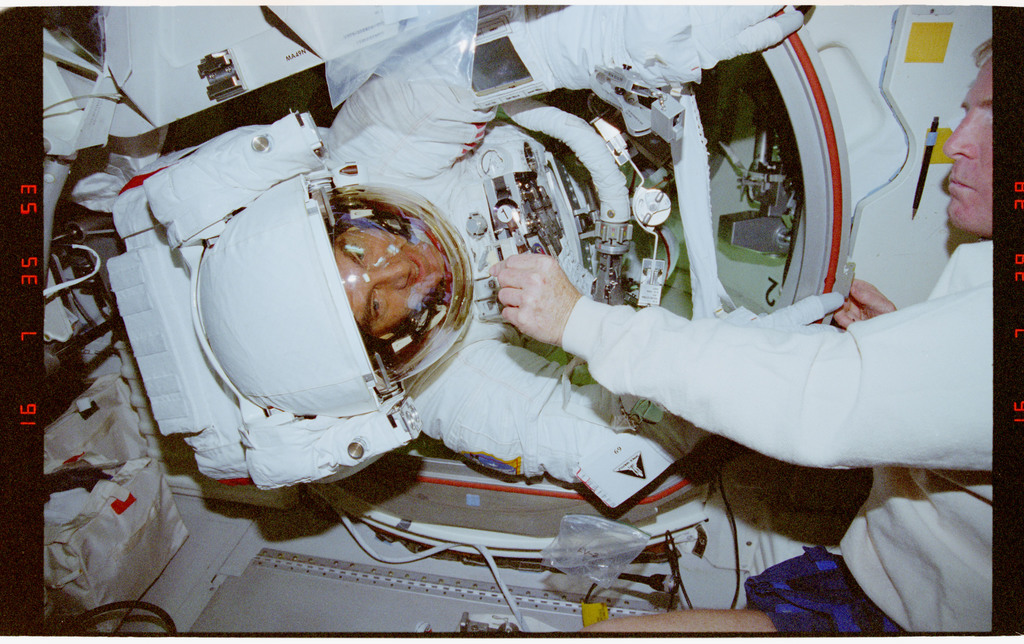 STS069-395-034 - STS-069 - Preparations for EVA