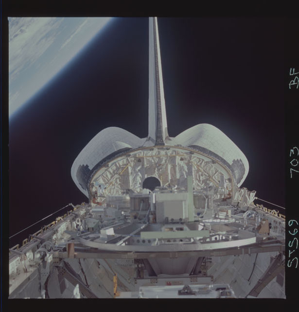 STS069-703-000BF - STS-069 - View of the Wake Shield Facility in Endeavour's payload bay
