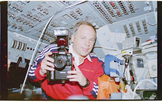 STS071-311-031 - STS-071 - Solovyev on flight deck with camera