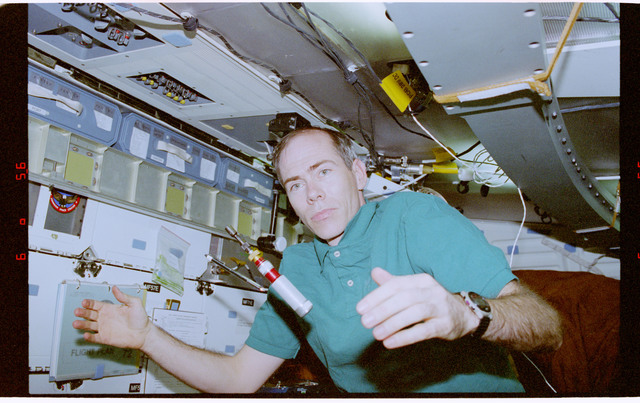 STS072-310-015 - STS-072 - Mission Specialist Daniel Barry floats inflight maintenance tool in middeck