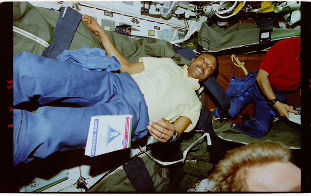 STS072-321-020 - STS-072 - STS-72 crewmember activities in middeck of the shuttle orbiter Endeavour