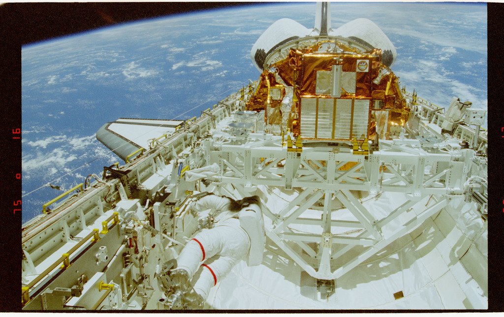 STS072-324-033 - STS-072 - EVA 2 activity in the payload bay during STS-72 mission
