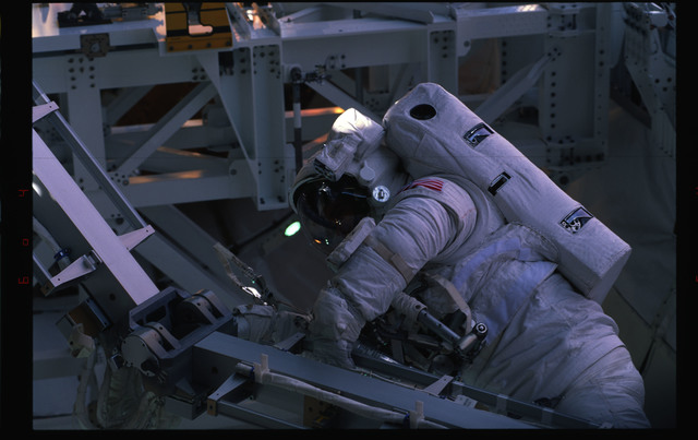 STS072-391-011 - STS-072 - EMU suited astronaut activity during first EVA of STS-72 mission