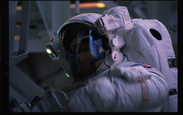 STS072-391-014 - STS-072 - EMU suited astronaut activity during first EVA of STS-72 mission