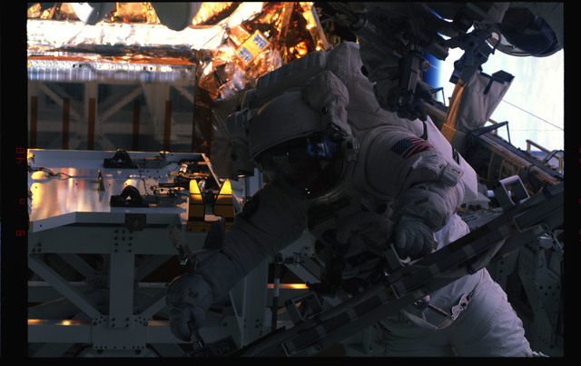 STS072-391-015 - STS-072 - EMU suited astronaut activity during first EVA of STS-72 mission