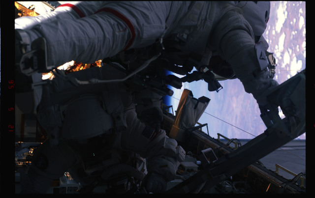 STS072-391-016 - STS-072 - EMU suited astronaut activity during first EVA of STS-72 mission