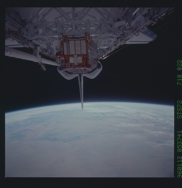 STS072-710-022 - STS-072 - Payload bay with OAST-Flyer berthed and the shuttle tail pointing to the earth limb