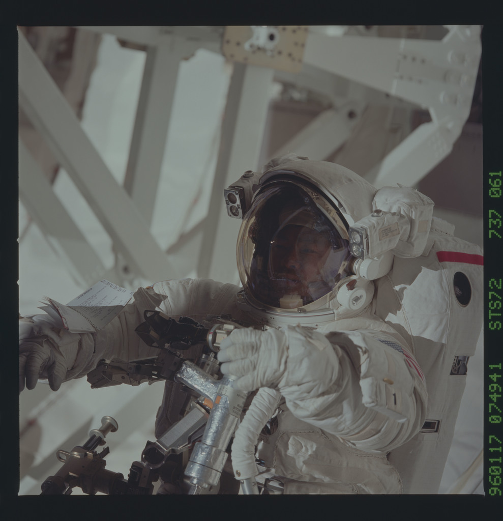 STS072-737-061 - STS-072 - Payload bay activity during second EVA of STS-72 mission