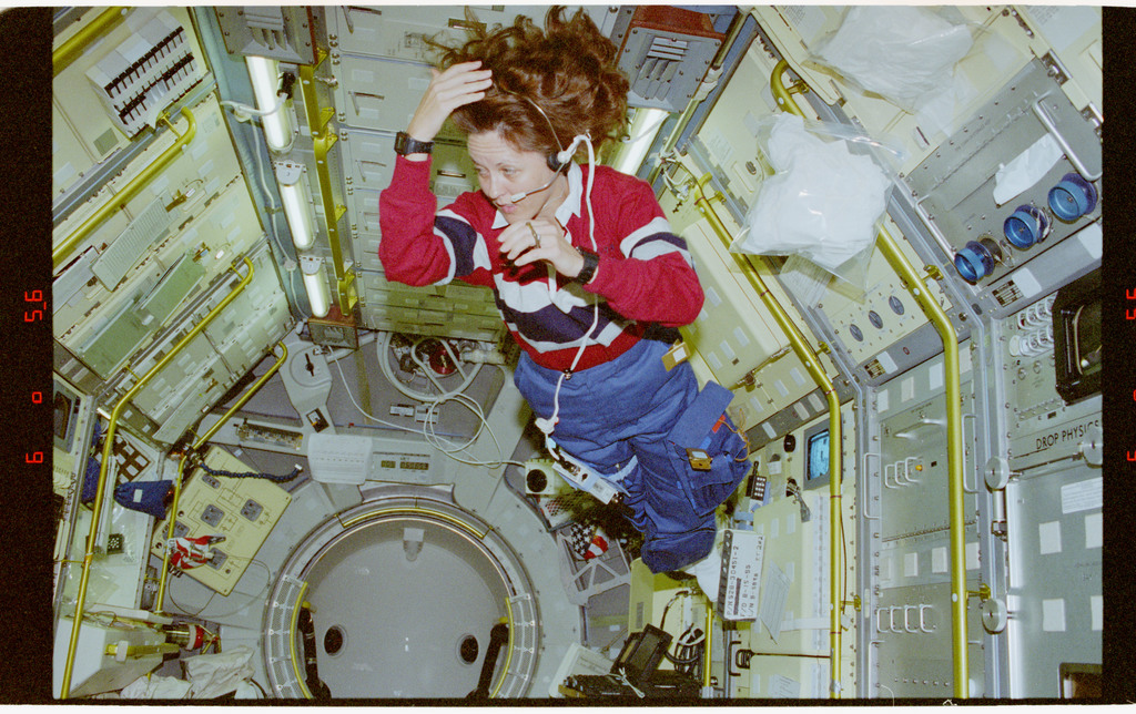 STS073-102-022 - STS-073 - Payload Commander Kathy Thornton does flips in the Spacelab