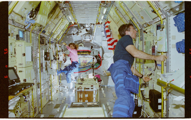 STS073-103-019 - STS-073 - STDCE, Payload Specialist Fred Leslie works at the STDCE rack in USML-2 Spacelab