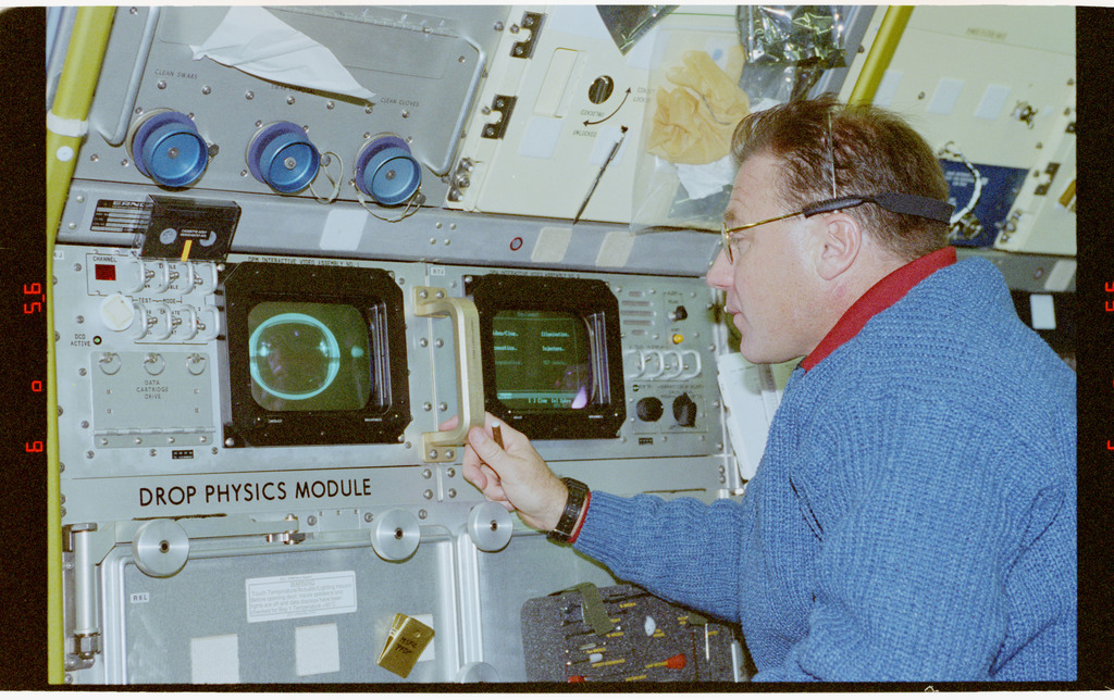 STS073-106-032 - STS-073 - DPM, Payload Specialist Al Sacco works at Drop Physics Module
