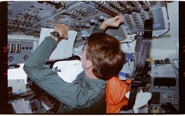 STS073-164-019 - STS-073 - Commander Ken Bowersox and Pilot Kent Rominger during deorbit preparations