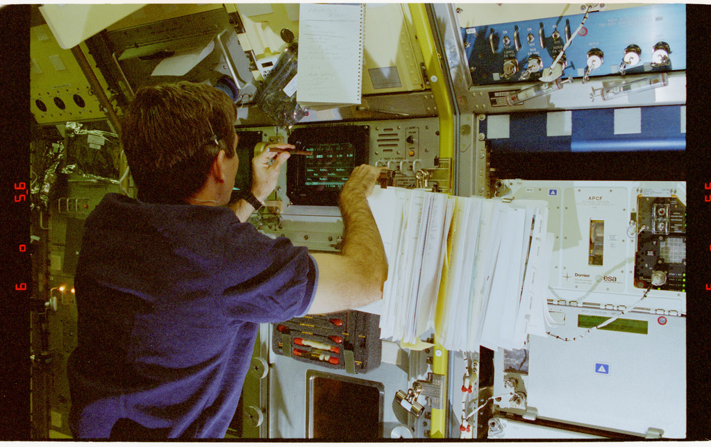STS073-230-026 - STS-073 - DPM, Payload Specialist Fred Leslie working in Spacelab