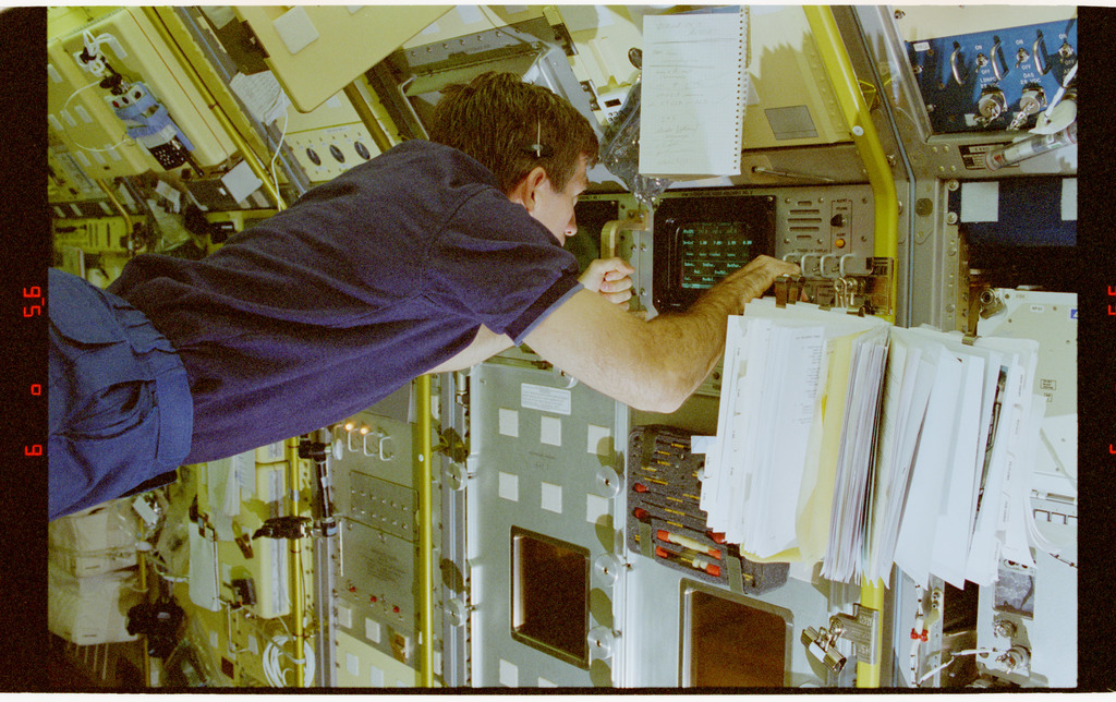 STS073-230-028 - STS-073 - DPM, Payload Specialist Fred Leslie working in Spacelab