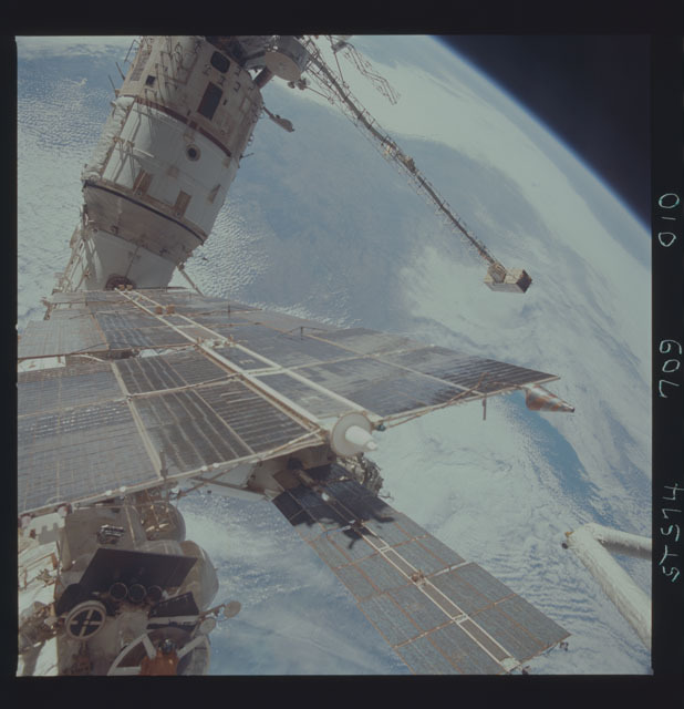STS074-709-010 - STS-074 - Mir space station survey photos