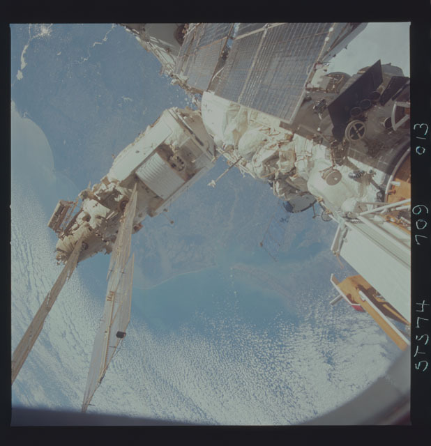 STS074-709-013 - STS-074 - Mir space station survey photos