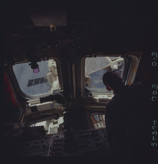 STS074-709-019 - STS-074 - STS-74 crewmember views Mir Space Station through aft flight windows