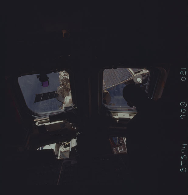 STS074-709-021 - STS-074 - STS-74 crewmember views Mir Space Station through aft flight windows