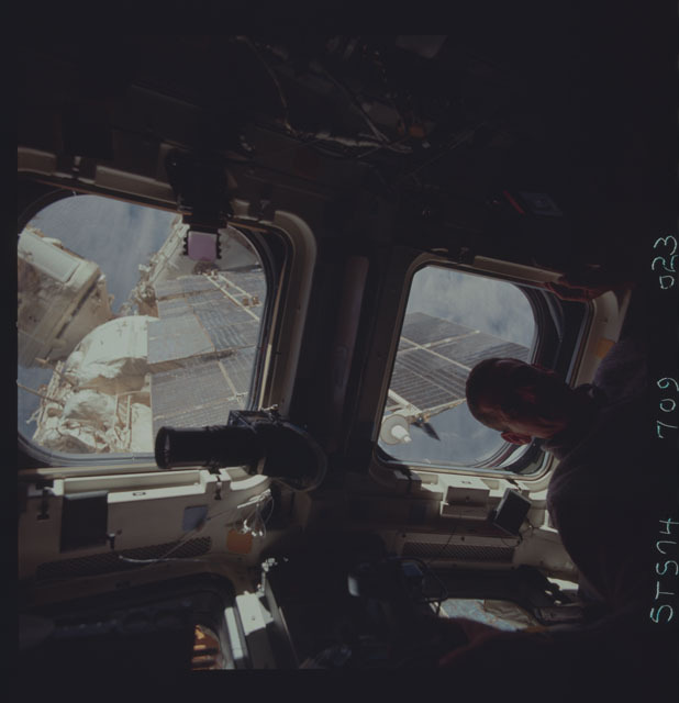 STS074-709-023 - STS-074 - STS-74 crewmember views Mir Space Station through aft flight windows