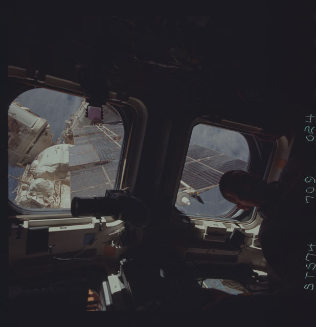 STS074-709-024 - STS-074 - STS-74 crewmember views Mir Space Station through aft flight windows
