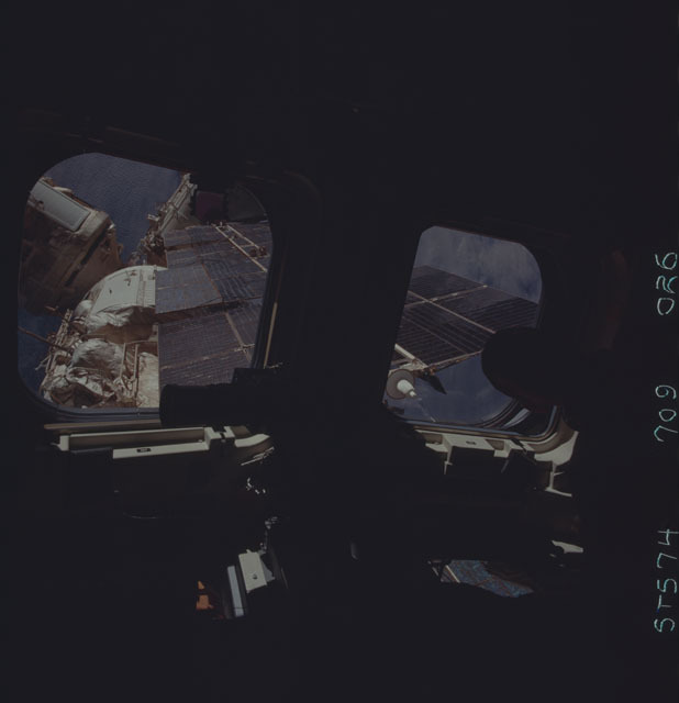 STS074-709-026 - STS-074 - STS-74 crewmember views Mir Space Station through aft flight windows