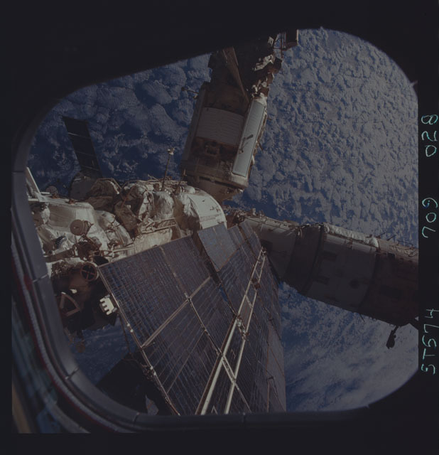 STS074-709-028 - STS-074 - Mir space station seen through aft flight deck windows