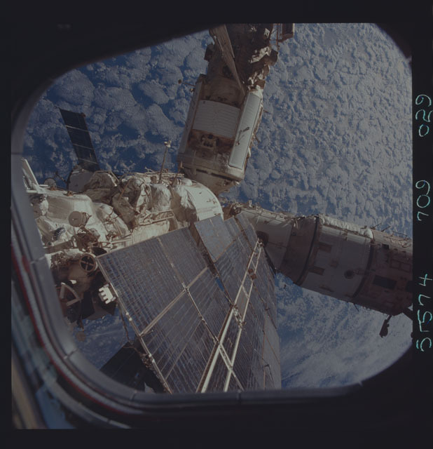 STS074-709-029 - STS-074 - Mir space station seen through aft flight deck windows