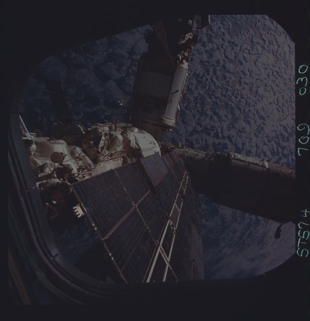 STS074-709-030 - STS-074 - Mir space station seen through aft flight deck windows